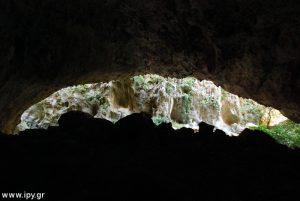 μέσα από τη γρα σπηλιάρα