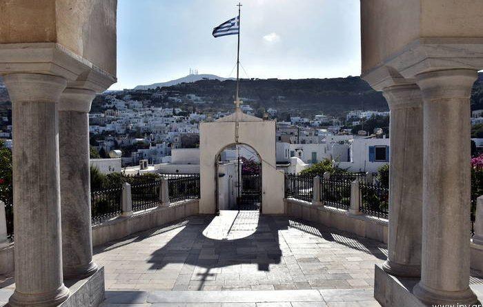 Ο εντυπωσιακός ιερός ναός της Αγίας Τριάδας και η κωμόπολη Λεύκες της Πάρου