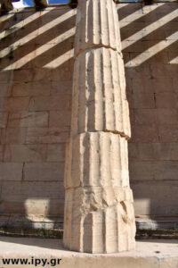 αρχαία κολώνα κουνημένη από σεισμό